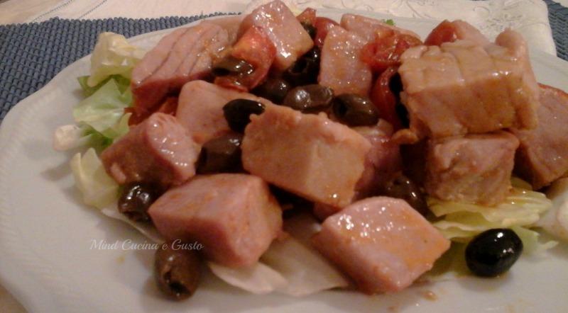 Tonno fresco con olive taggiasche e pomodorini