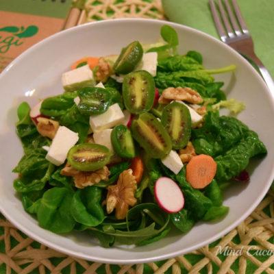 Insalata con feta, spinacini, noci e Nergi baby kiwi
