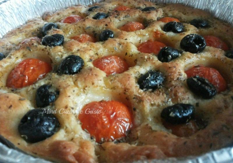 focaccia barese pomodorini e olive nere