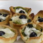 Tartellette di pasta brisé con broccoletti e olive nere