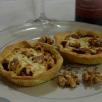 Tortine di brisèe con pomodori secchi, radicchio stracchino e noci