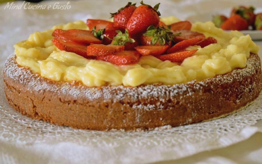 Torta morbida alle fragole e crema pasticcera