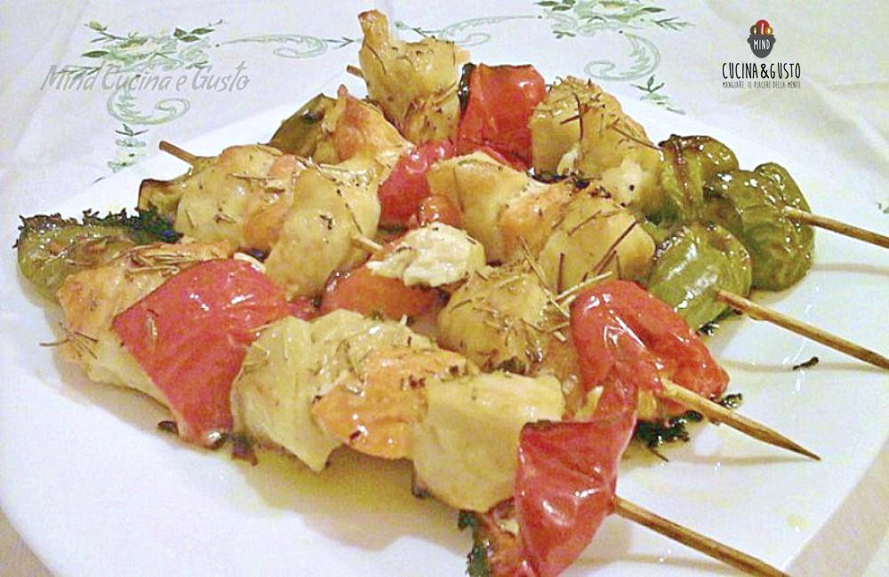 Spiedini di pesce gustosi con verdure