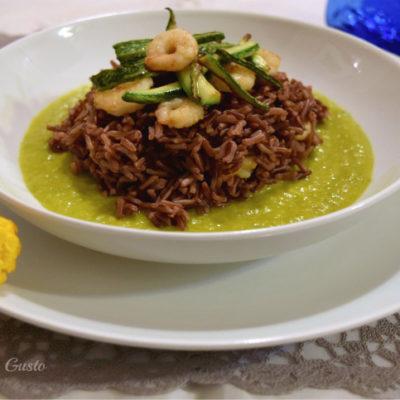 Riso con verdure croccanti gamberi e crema di zucchine allo zafferano