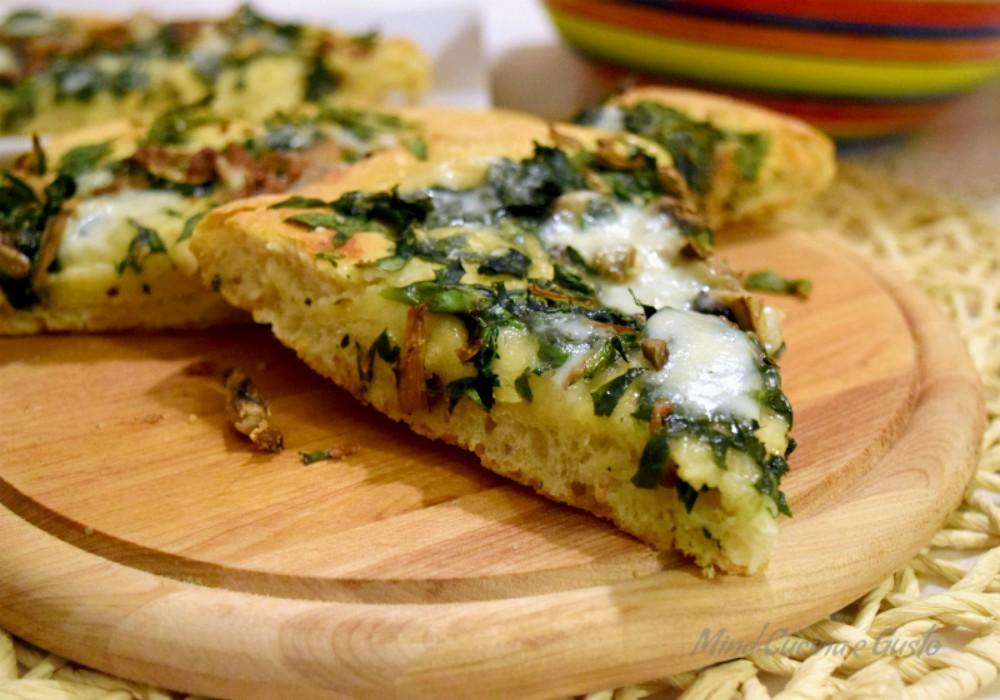 Pizza gustosa e croccante con spinaci e acciughe