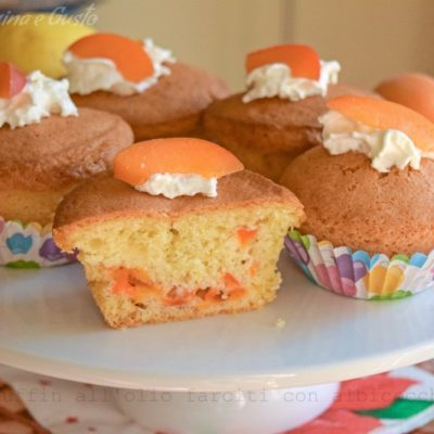 Muffin all'olio farciti con albicocche