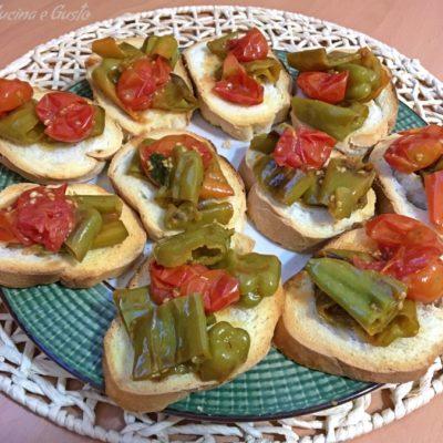 Bruschetta sfiziosa ai friggitelli e pomodorini