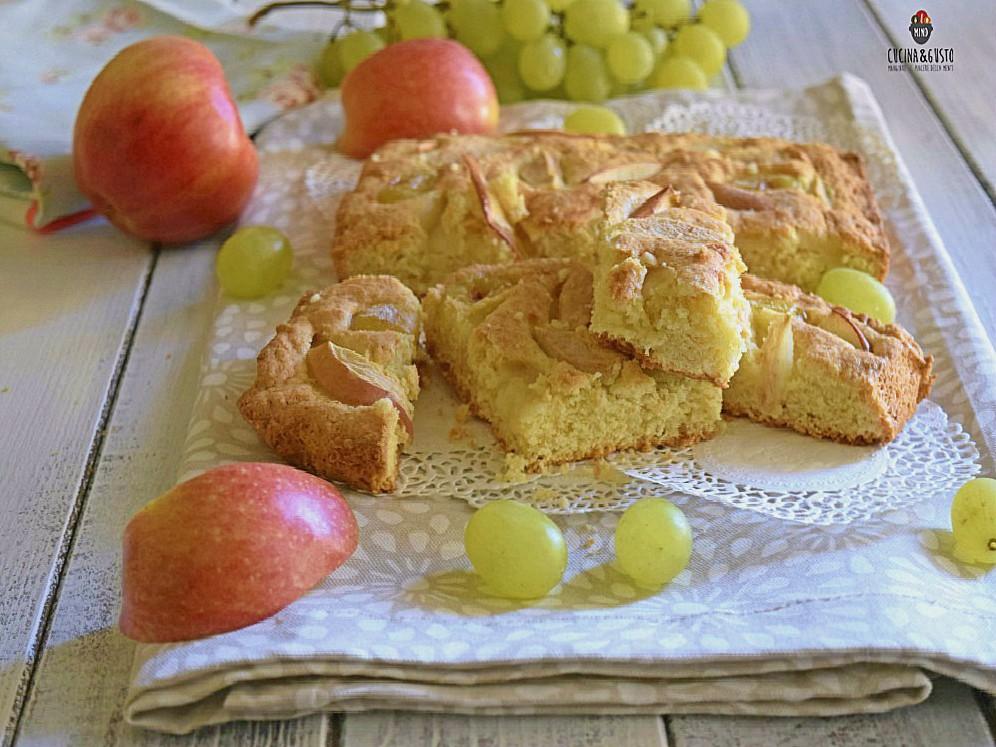 Torta ai sapori di fine estate con uva e mele