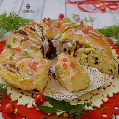 Corona dolce di pan brioche natalizia