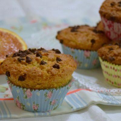 Muffin all'arancia e mandorle con gocce di cioccolato