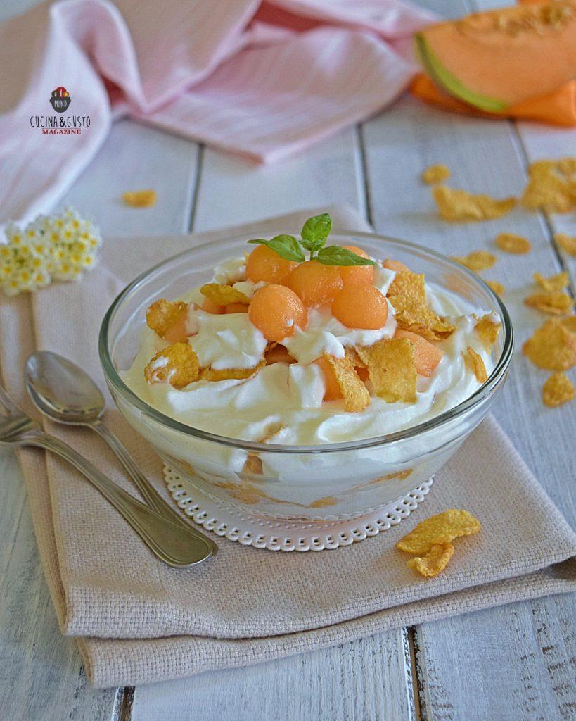 Coppa con crema di yogurt melone e cornflakes