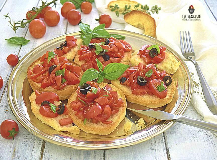 Friselle mediterranee con pomodori e olive
