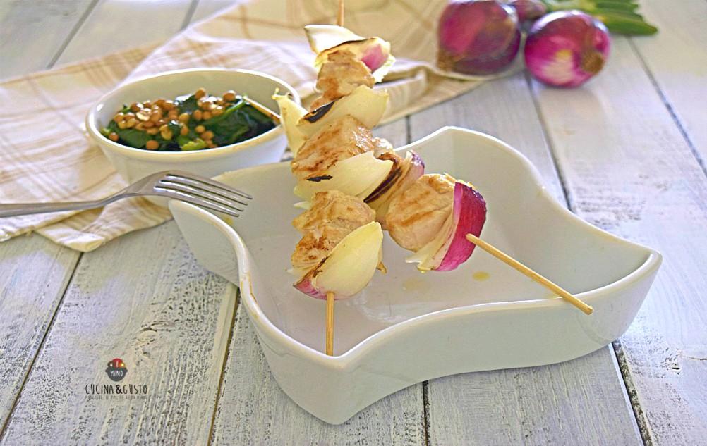 Spiedini di coniglio gustosi con verdure