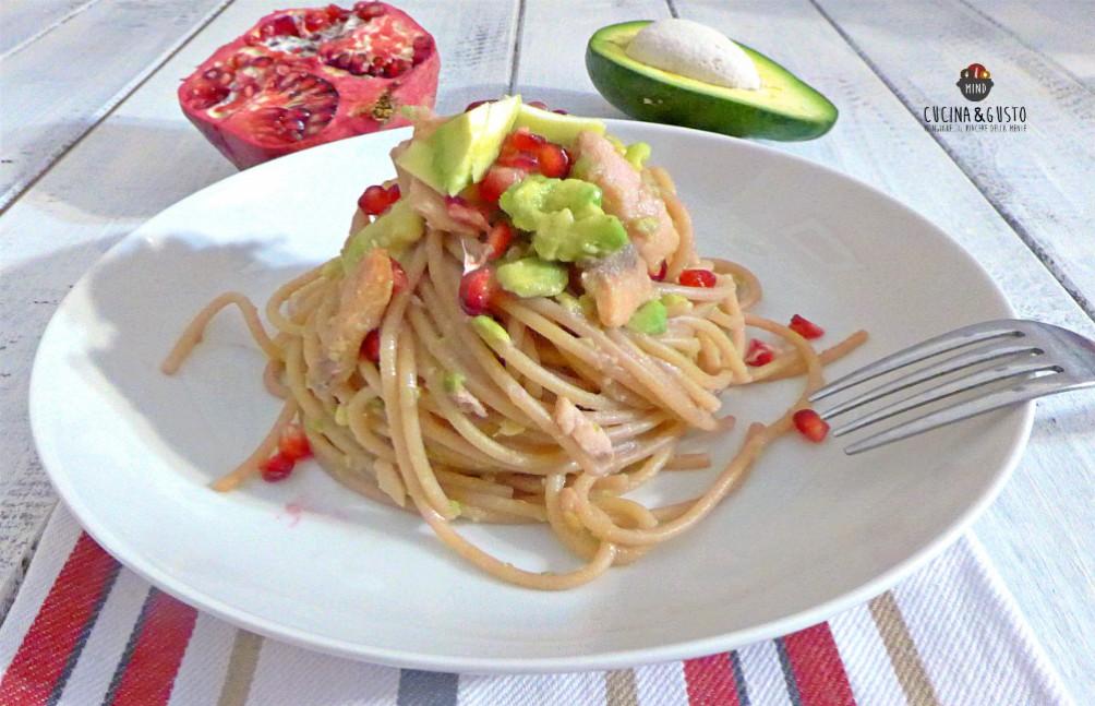 Spaghetti con crema di avocado melagrana e salmone