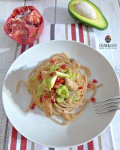 Spaghetti con crema di avocado melagrana